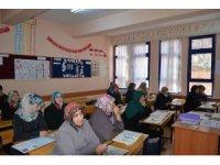 Engelli torunuyla aynı sınıfta okuma-yazma öğreniyor