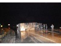Yağış nedeniyle kayganlaşan yolda kamyonet devrildi