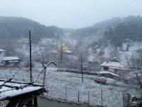 Dağ yöresinde kar sevinci