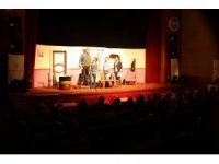 Develi'de 'Tut Elimden' tiyatro oyunu sahnelendi