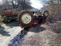 Devrilen traktörün altında kalan çiftçi feci şekilde can verdi