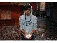 Adanalılar fındık büyüklüğündeki doluyla kar topu oynadı