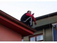 Polisten kaçan hırsız çatıya çıkarak intihar girişimde bulundu