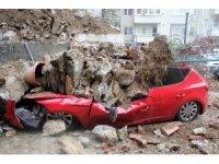 Beşiktaş'ta istinat duvarı çöktü, 2 araç enkaz altında kaldı