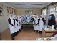 İvrindi'de aşçı yardımcılarının uygulaması ile ağızlar tatlandı