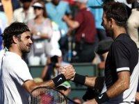 Federer 2018'deki ilk yenilgisini tattı