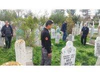 Yaşlı adam mezarlıkta bıçaklanmış halde bulundu