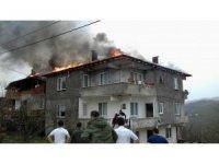 Sakarya'da lodosla büyüyen çatı yangını korkuttu