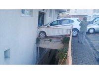 Kağıthane'de vitesi geri takmayı unutan kadın sürücü apartmana daldı