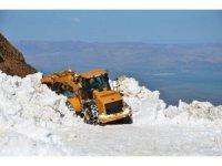 Karlı dağlar iş makineleriyle aşılıyor