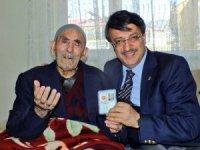 Başkan Türkmenoğlu'ndan yaşlılara ziyaret