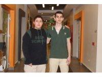 Liseli Türk gençleri gurur yaşattı