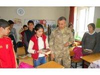 Jandarma Komutanı Atasoy öğrencileri sevindirdi