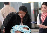 """Amerikalı annesinin otel odasında doğurduğu """"Ata"""" bebek ülkesine döndü"""