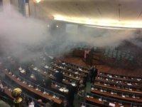 Kosova Meclisi'ne göz yaşartıcı gaz geri döndü