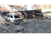 Arazide çıkan yangın 1 otomobili ve 2 garajı kül etti