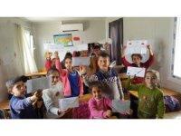 Öğrenciler süsledikleri mektupları Mehmetçiğe gönderdi