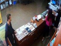 8 kişinin gözü önünde cep telefonunu çaldı