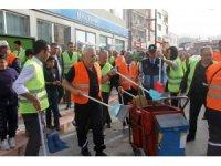 İşçiler işi bıraktı, belediye başkanı sokaklarda temizlik yaptı