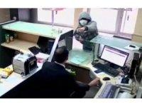 PTT çalışanının silahlı ve bıçaklı soyguncuya canı pahasına direndiği anlar kamerada