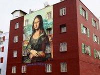 Da Vinci'nin Mona Lisa'sı bina duvarında