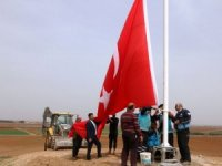 Suriye sınırındaki Akçakale'ye iki dev Türk bayrağı dikildi