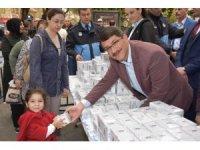 Başkan Çelik vatandaşlara kandil simidi dağıttı