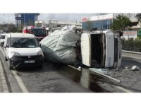 İzmir'de hurda yüklü kamyon devrildi: 1 yaralı