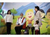 Başbakan Yardımcısı Çavuşoğlu eşi ve minik oğluyla Masalcı Vakıf Dede oyununu izledi