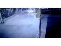Hırsızlar araçtan düşen kumaş topunu geri dönüp aldı