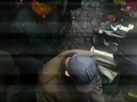 Kalabalıktan faydalanan hırsız terlikleri önce inceledi sonra çaldı