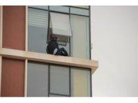 Abisinin işyerindeki cama çıkarak intihar etmek istedi