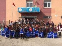 Van polisinden Çaldıranlı öğrencilere giyim desteği