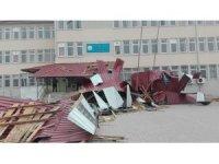 Fırtına çatıları uçurdu, hafta sonu olması faciayı önledi