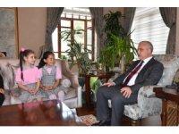 Gazi İlkokulu öğrencileri Vali Güvençer'i bayramlarına davet etti