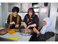 Kızlar, anneleriyle 'Muş Köftesi' yarışmasına katıldı