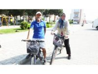 Burhaniye'de bu çift her yere bisikletle gidiyor