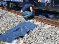 Trenin çarptığı baba ile kucağındaki çocuğu öldü