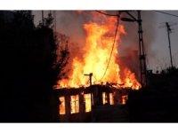 İtfaiyeci yanan evin çöken duvarı altında kalmaktan son anda kurtuldu