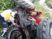 Adana'da yoldan çıkan traktör devrildi: 2 yaralı
