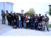 Kaçak Afganlara Mehmetçik şefkati