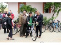 Ailelerine sigara içirmeme sözü veren çocuklara bisiklet dağıtıldı
