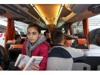 Yolculuk boyunca kitap okusunlar diye kitap dağıttılar