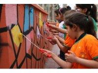 Çocuklar kendi okullarını boyadı