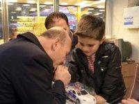 Ağrı'da sevgi seli ile karşılanan Bakan Soylu, çocuğun elini öptü