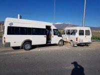 İşçi taşıyan iki minibüs çarpıştı: 8 yaralı