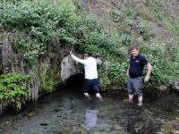 Su dolu tünelden geçenlerin dertlerinden kurtulduğuna inanılıyor