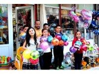 Sarıgöllü oyuncakçı çocuklara 2 bin top hediye etti