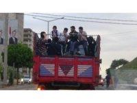 Çocukların kamyon kasasında tehlikeli yolculuğu