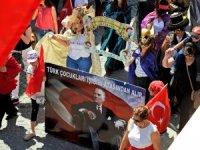 Çeşme'de 23 Nisan karnaval havasında kutlandı